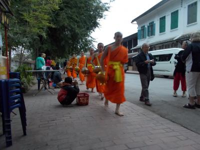 メコン川のほとりに素朴な仏教徒が暮らすラオスへの旅 その4 ラオス航空に乗ってビエンチャンからルアンパバーンへ&ルアンパバーンの朝の托鉢