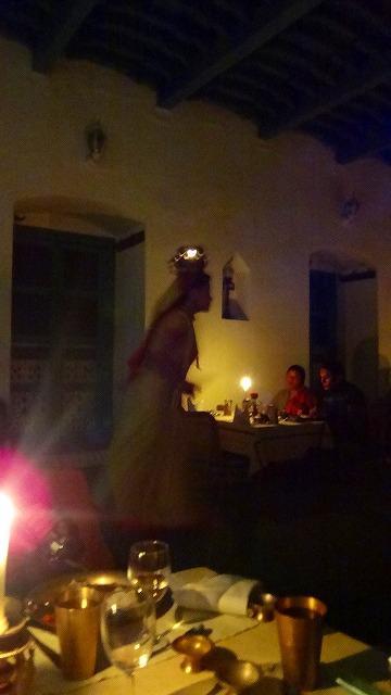 夕食は、民族舞踊を見ながらネパール料理に舌鼓み