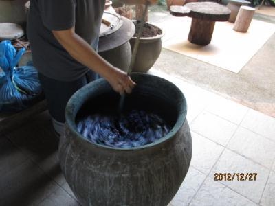 ラオス北部紀行(17)繊維博物館の中で、「藍染」。