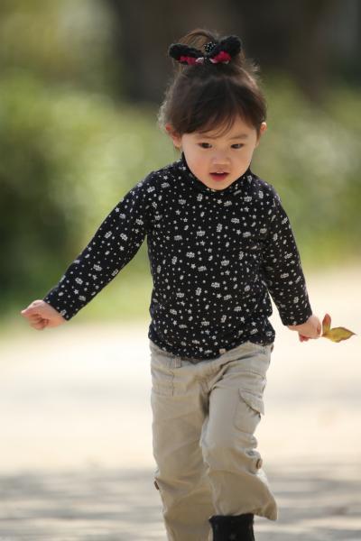 Solitary Journey [1178] ささやかなひととき~ぽかぽか陽気の中、桜の下で孫娘とお遊び♪<太田川(本川)沿いにて>広島市中区