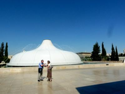第1部イスラエル周遊旅情第2章エルサレム探訪29イスラエル博物館その1クムラン出土の壺の蓋を模した死海写本館