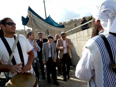 第1部イスラエル周遊旅情第2章エルサレム探訪39三宗教の聖地その2神殿の丘の入場口糞門でのユダヤの成人式バルミツバの群衆