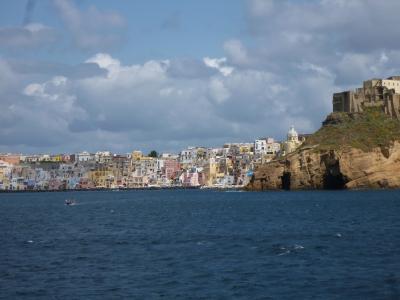 初夏の優雅なバカンス ナポリのイスキア島♪ Vol4(第2日目午前) ☆イスキア島:ナポリから高速船でイスキア島へ♪美しいプロチーダ島を眺めて♪大好きなサンタンジェロへ♪