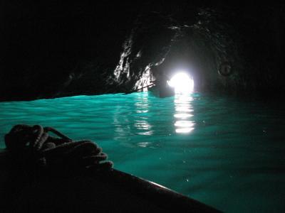 ナポリの休日(3) 朝日に映えるサンタ・ルチアの街並みと神秘なエメラルドの光 青の洞窟