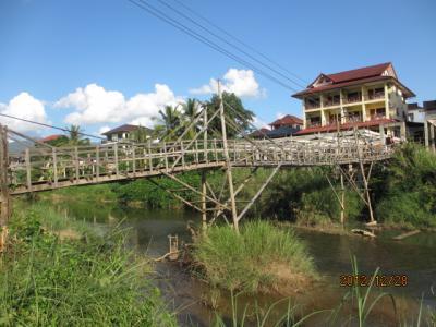 ラオス北部紀行(24)バンビエン、ソン川に架かる木造の橋。