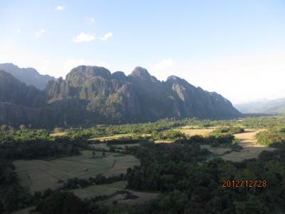ラオス北部紀行(26)バンビエンの小山に登る。