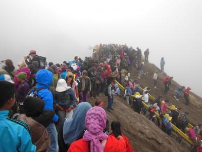 ジャワ島東部2013・・・(3)霧のブロモ山は大混雑