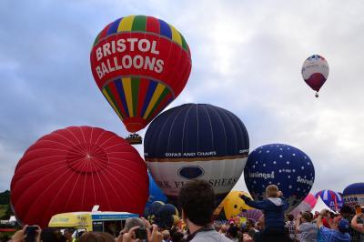 UP ! UP ! 夏空に浮かぶ熱気球に思いをこめて…ブリストルのインターナショナルバルーンフェスタ2013 ◆イギリス◆