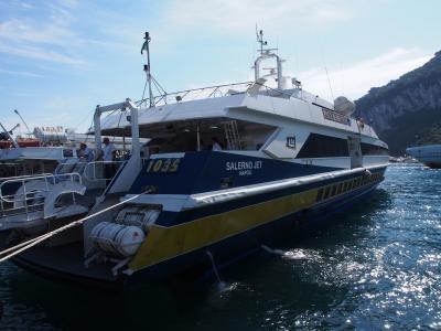 南イタリア 2013夏 海の旅(カプリ~ナポリ ベヴェレッロ埠頭) ヴァカンスシーズンなのに船内の人はまばら