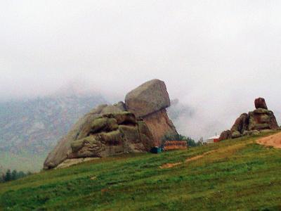 モンゴルの風(3) 亀石、アリヤバル寺院への雨中行
