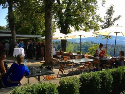 スイス・ベルンの旧市街を望む、バラ公園のレストランのご紹介!【スイス情報.com】