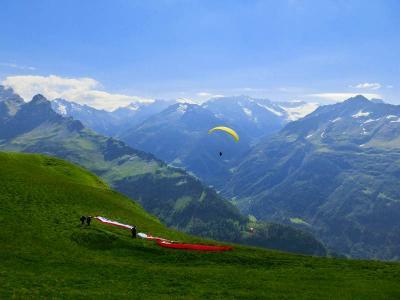 スイスハイキング2013・動画(ハスリベルグ・アルペンタワーのパノラマとパラグライダーの雄飛)