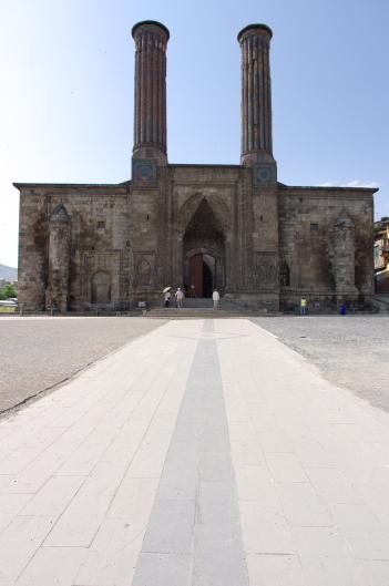 東トルコ旅行(2)チフテ・ミナーレ神学校とウチ・キュンベット