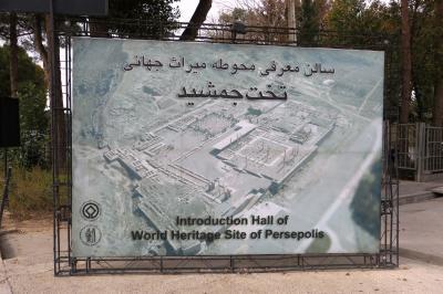 2012秋、イラン旅行記(24)ペルセポリス、帰路での遺跡光景、麓で咲いていた花