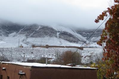 2012秋、イラン旅行記(42):11月22日(1):アブヤネ村(1):イスファハンからアブヤネ村へ、赤色の村、雪景色