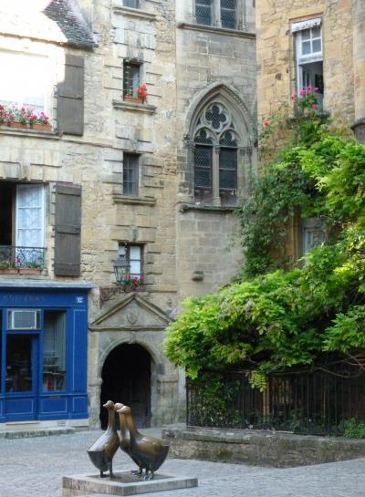 フランスをL字に縦断[22]早朝のサルラを散策、ハプニングの後パリへ