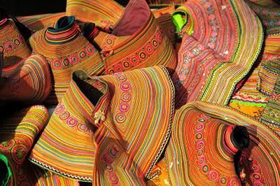 SaPa 少数民族の村々 11バックハーのサンデーマーケット (1)衣装編 色彩の洪水