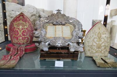2013秋、イタリア旅行記2(49:補遺1):アマルフィ大聖堂の展示品(2/2):祭服、司教冠、聖ペテロ像
