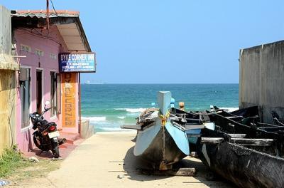 ★スリランカ車旅(6) トリンコマリーの浜辺から