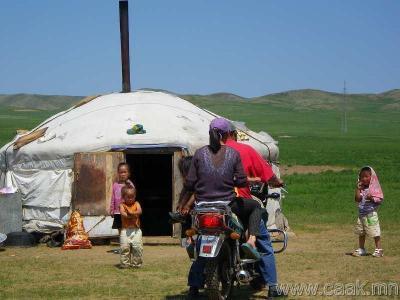 モンゴル遊牧民とともに大草原に乗馬体験、市内観光も
