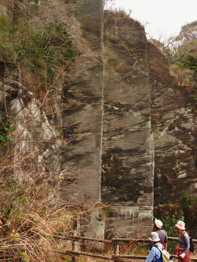 鋸山Walk‐2 石切り場の断崖 高度な職人技の形跡 ☆房州石のふるさと