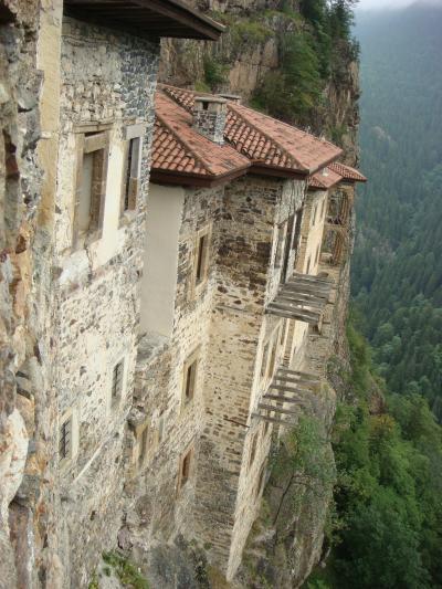 谷底から300mの断崖に建つスメラ僧院(東トルコその17)