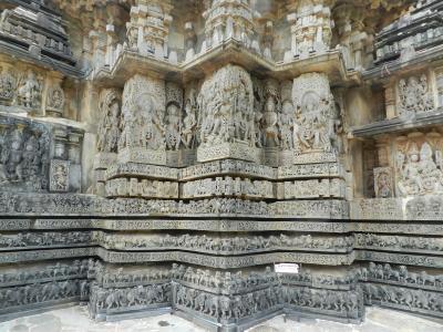 ジャイナ教の聖地シュラヴァナベルゴラと世界遺産級のホイサラ朝寺院を巡るローカルバスの旅