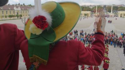 のんびり行こう♪ドイツ・オーストリア12日間親子旅。vol.17 シェーンブルン宮殿観光の始まりは~赤と黒の競演^^♪