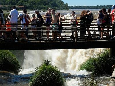 ★南米、時にはトロッコ列車と徒歩で(10)アルゼンチン側のイグアスの滝へ