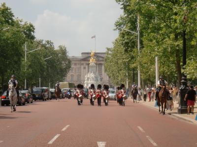 ホテルにチェックインできなくて見ちゃいましたバッキンガム宮殿衛兵交代40分(ロンドン)