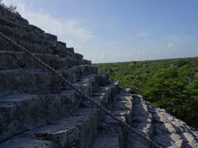 今年も5日で行ってきました (カンクン2日目 その2 マヤ最大級のピラミッドの頂上にて)