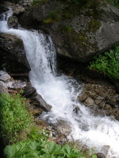 フネス谷、チロル、フォアアールベルク、エンガディン、アレッチ、ヴェルヴィエでハイキング 【31】 ザンクト・アントンの裏山の滝へ