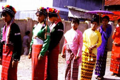 民族衣装勢揃い★ミャンマー・カローのお祭り(1998年頃?)