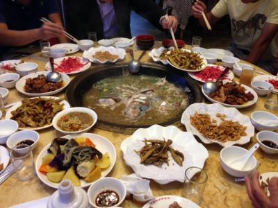 中華料理に飽きた頃に、薪で焚いた魚の鍋を食べた