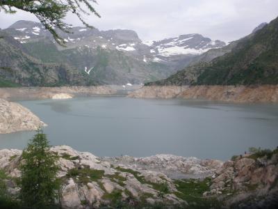フネス谷、チロル、フォアアールベルク、エンガディン、アレッチ、ヴェルヴィエでハイキング 【88】 エモッソン湖畔でハイキングルートへ