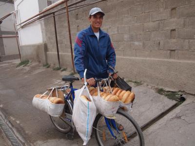 シルクロードの青い宝石 ウズベキスタンで 出会い旅 (6)駅から出られない~、2度も道に迷うし、ワースト2の●●●と対面、峠越え後のタクシーはパンクするわ、落し物まで、いろんなことのあった一日 シャフリサーブス&サマルカンド