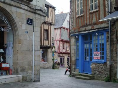 ブルターニュ ドライブ 5 ー 古都ヴァンヌの町歩きを満喫し、次いで、その名もクレープリーの小さな村ジョスランに ー