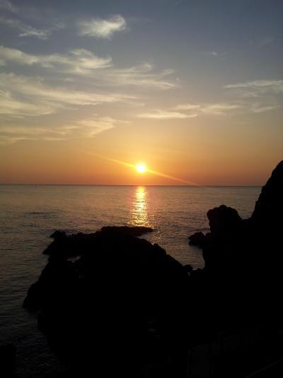 夕焼けに染まる水平線~山形県由良海岸白山島~