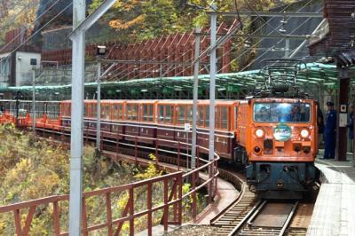 トロッコ列車で錦秋の黒部渓谷へ