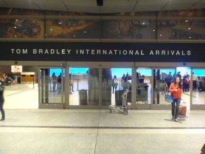 LAは最高!JWマリオット・ロサンゼルスL.A.ライブ宿泊 ② ANAプレミアムエコノミークラスのシート&機内サービス、2014年9月に変わったロサンゼルス国際空港(LAX)のトム・ブラッドレー国際線ターミナルの入国審査手続き、LAXから『JWマリオット・ロサンゼルスL.A.ライブ』&『ザ・リッツ・カールトン ロサンゼルス』のあるダウンタウンまでの移動編