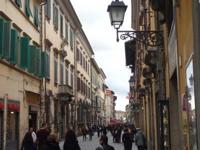 ピサ街歩き。おきな街です。面白そうなお店がいっぱい。