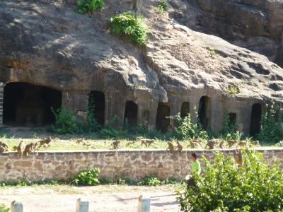 オジン・ポーウイン山の洞窟寺院を行く