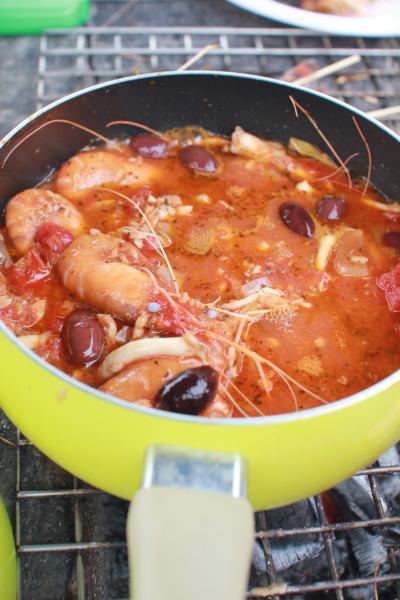エビ狂会定例会。~シンガポールの釣堀まわり~今日の献立はスペイン風海老のトマトソースの煮込み+サングリア