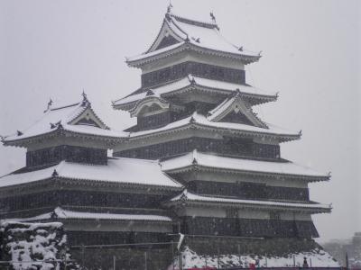 雪の松本城と安曇野