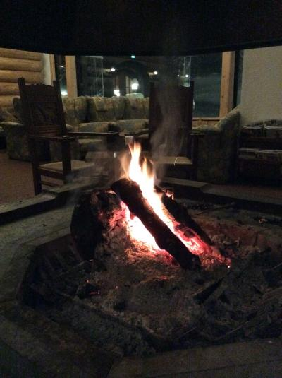 スキーシーズン到来!窓の外は白い雪☆燃えさかる暖炉の赤い炎は…まるで語り部のよう♪ホテルグランフェニックス奥志賀☆