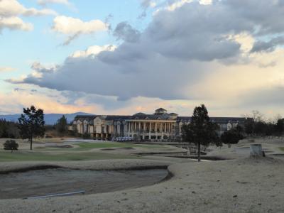ゴルフ場に泊まり、ゴルフと食事を楽しむ