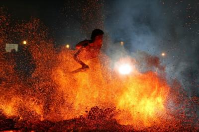 奇祭 火の中を人が・・・やっさいほっさい フォートラベル初であろう!!
