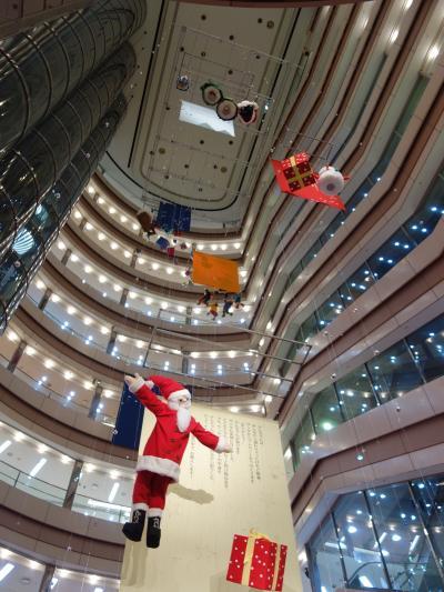 サンタ・クロースが空を飛んでいる。クリスマス・シーズンですね。