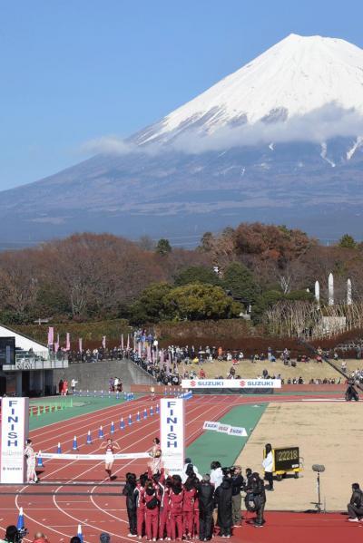 富士山女子駅伝・ゴールの陸上競技場にて 2014.12.23