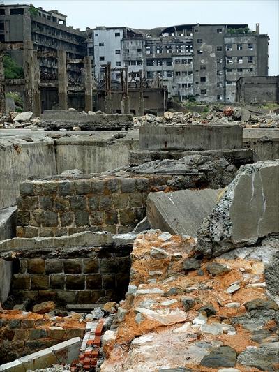 ★かつては海底炭鉱で栄えた端島(軍艦島)の廃墟へ
